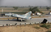 Fighter jet tests landing ability, touches down on highway
