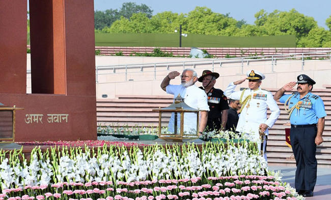 PM Modi salutes martyrs at National War Memorial on R-Day